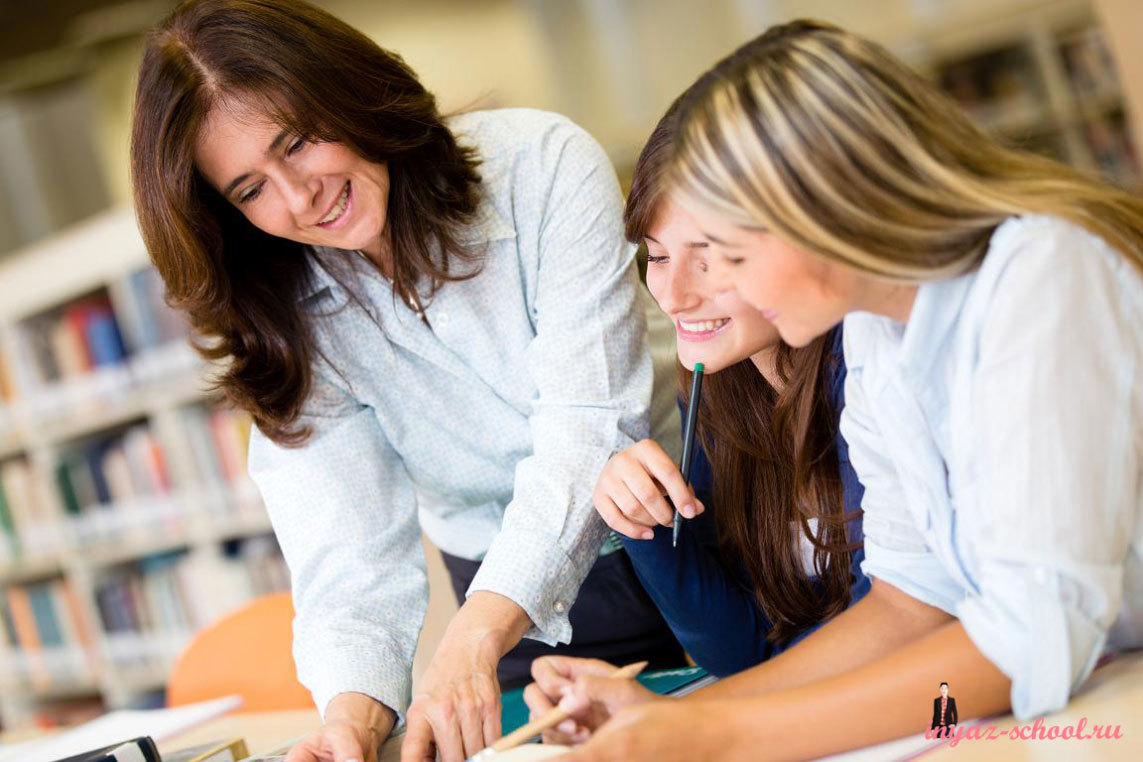 учитель помогает своим студентам